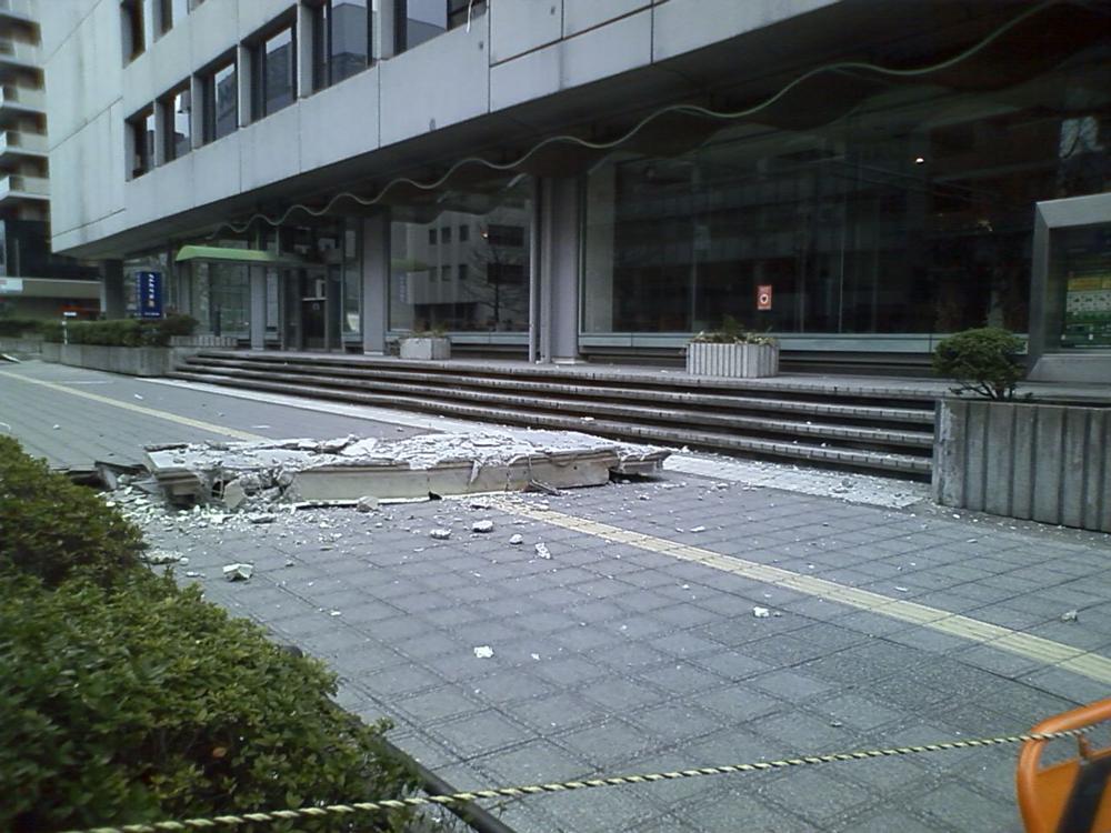 NTT東日本第1ビル落下した外壁部分