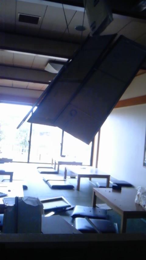 2011年3月11日14時58分天井が崩落した日帰り温泉の休憩所