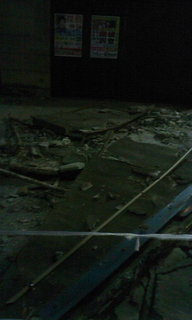 看板が震災で落下し破損