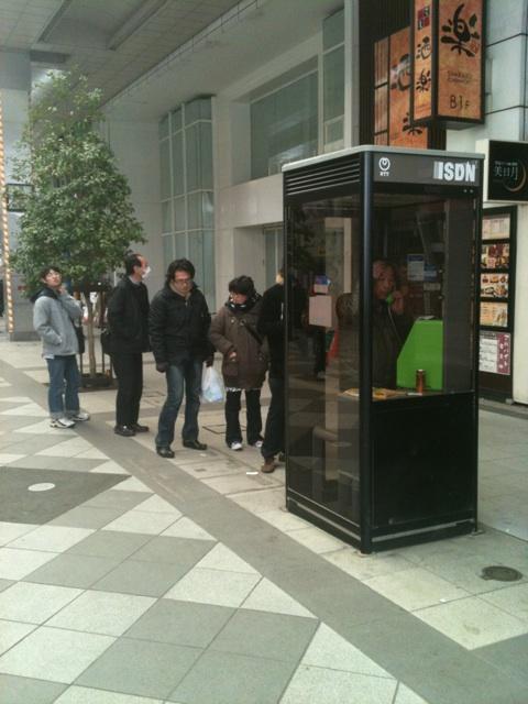 つながりやすかった公衆電話に並ぶ人々