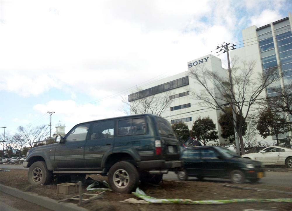 中央分離帯に放置されたままの車