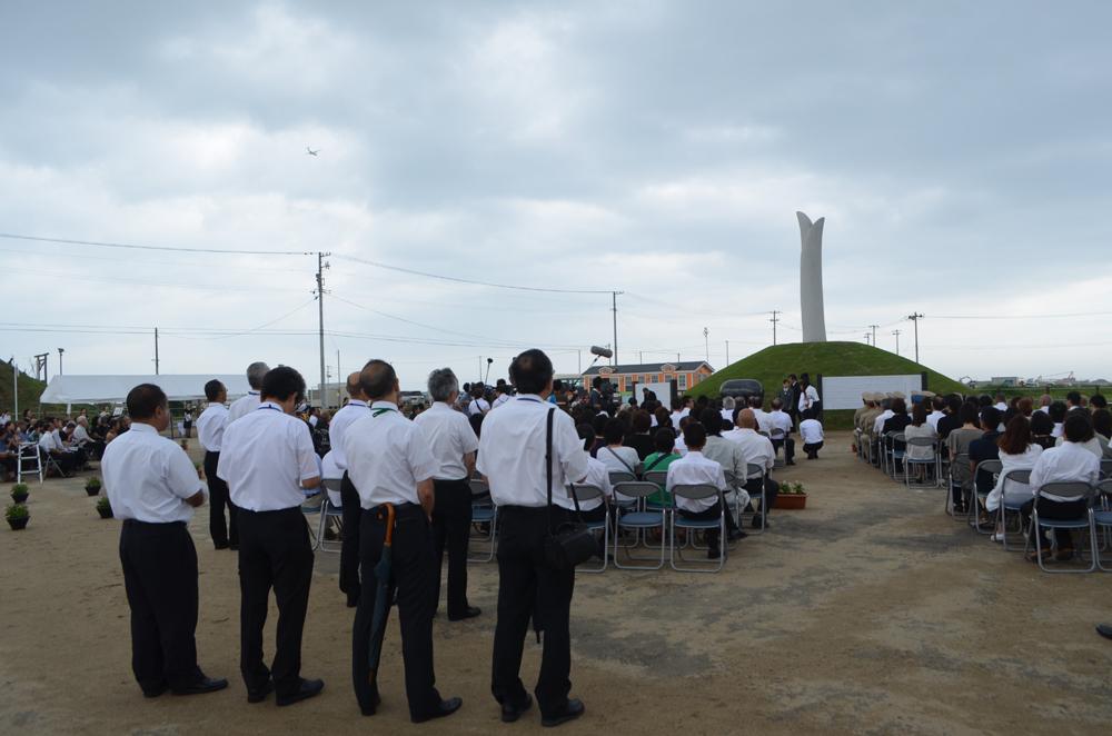 慰霊碑の除幕式