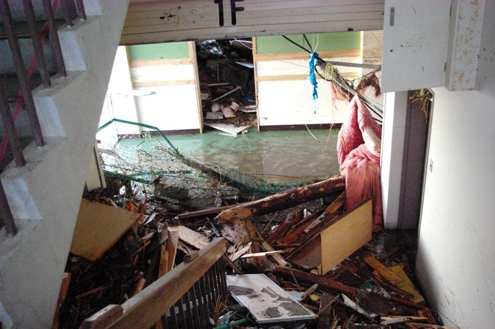 仙台市立荒浜小学校定点観測写真04〈1階東階段〉