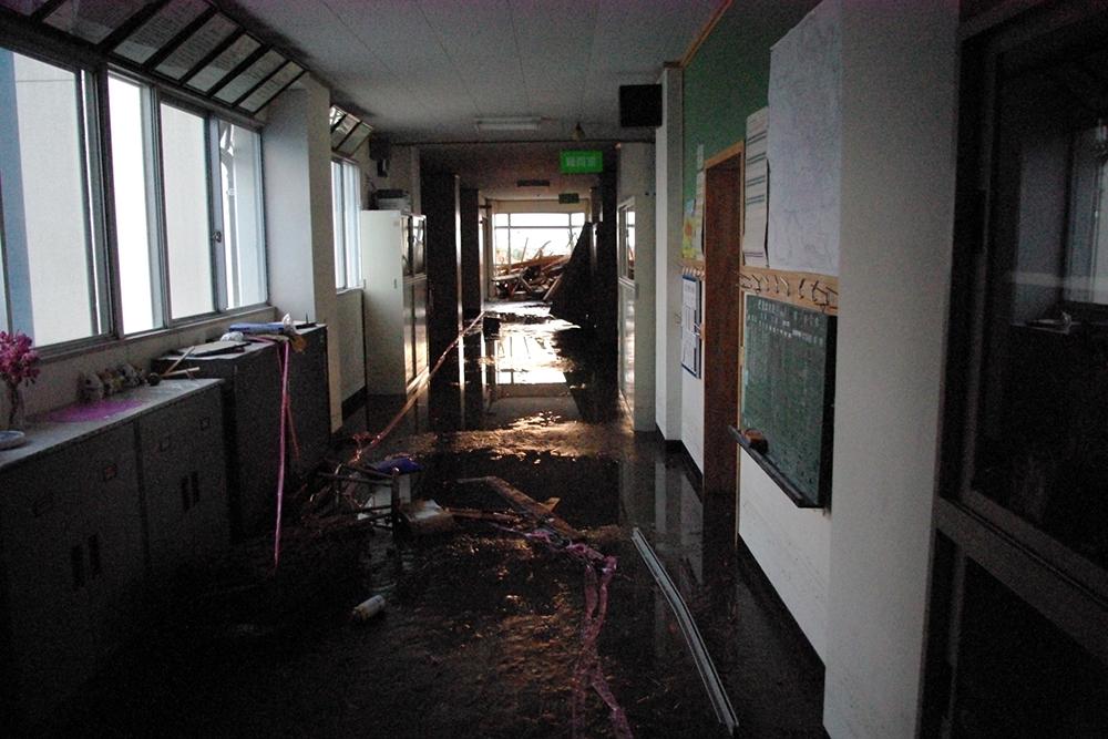 仙台市立荒浜小学校定点観測写真07〈2階職員室前廊下...