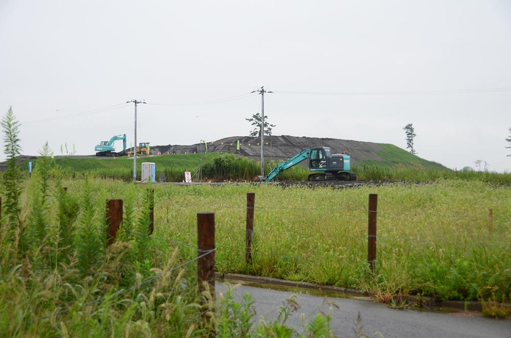柵の向こうの盛り土