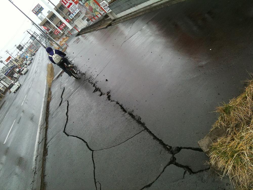 ひび割れた利府街道沿いの歩道