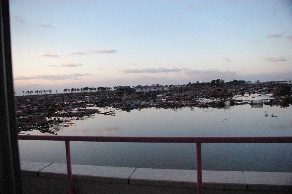 仙台市立荒浜小学校定点観測写真14〈校舎から南側住宅...