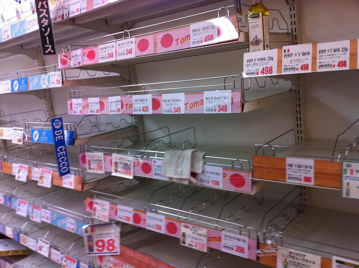 商品がないスーパーの棚