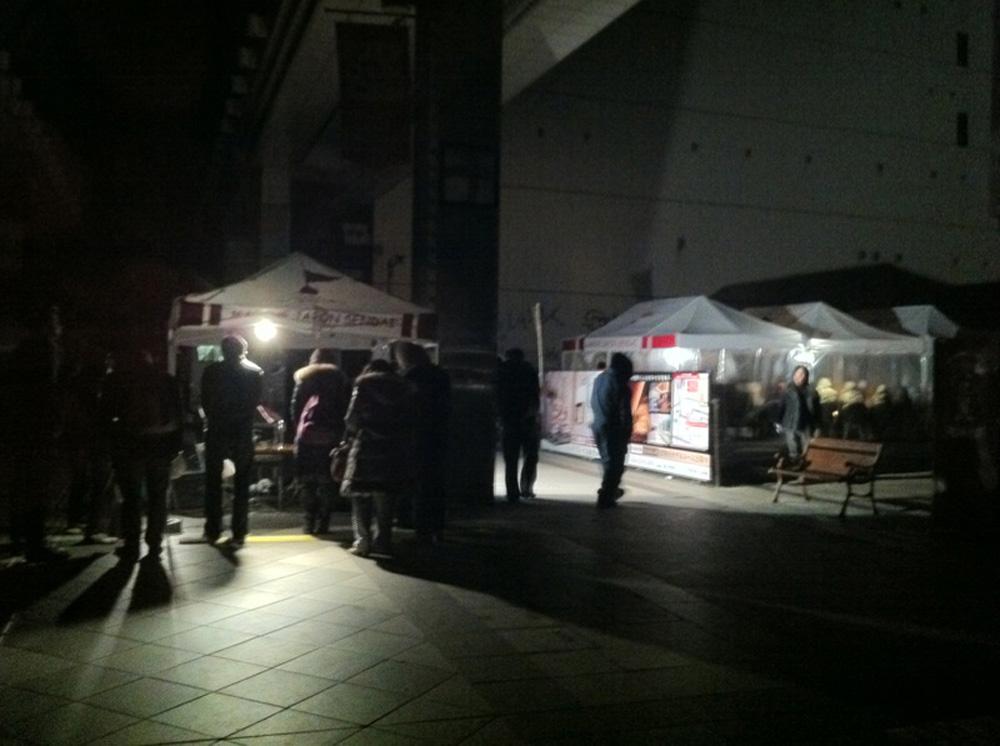 22時頃一番町マルシェのテント内で暖を取る。アーケード内に地震を伝えるラジオ放送が響く