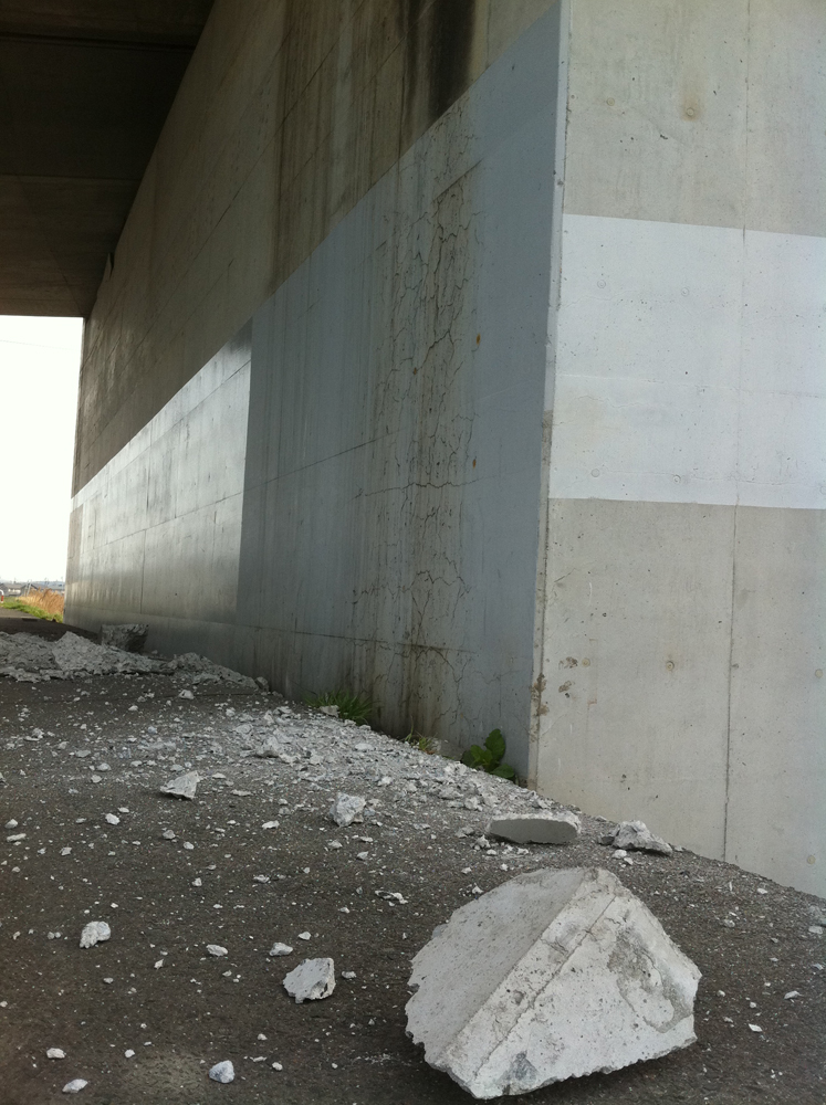 2011年4月8日宮城野大橋の七北田川右岸橋脚下自転車道。4月7日余震によるブロック隗落下2