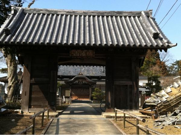 2011年3月26日、新坂通りにある荘厳寺の逆さ門の両脇の壁、崩壊。