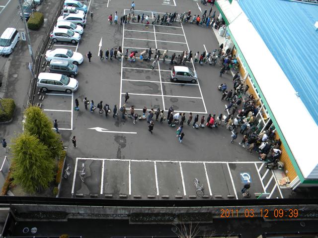 スーパーの行列 2011年3月12日 09時39分