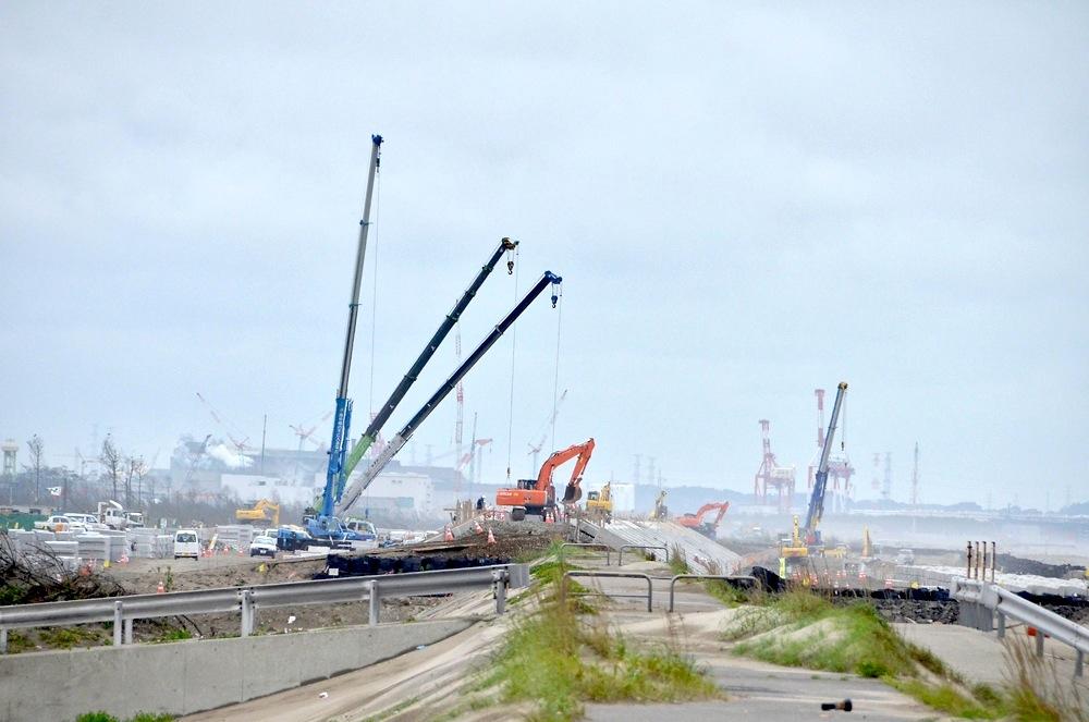 海岸付近で作業をする重機