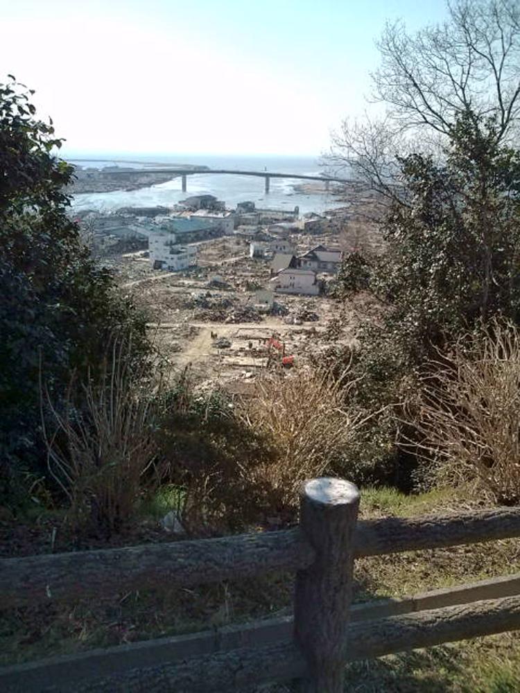 2011年4月5日 宮城県石巻市日和が丘 日和山から日和大橋を望む