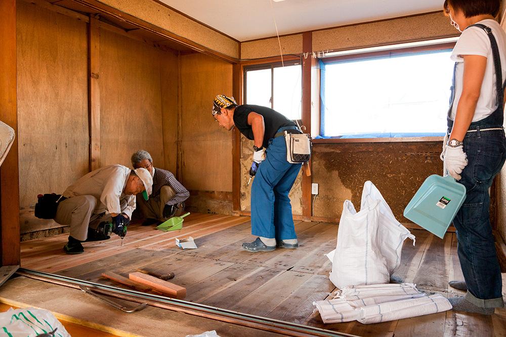 ねじ釘で床板を固定する