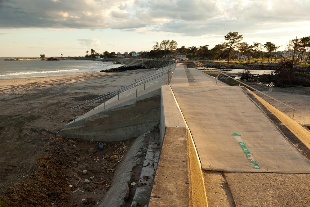海岸沿いに続く避難経路の矢印