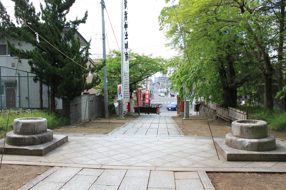 境内から青葉神社通りを望む