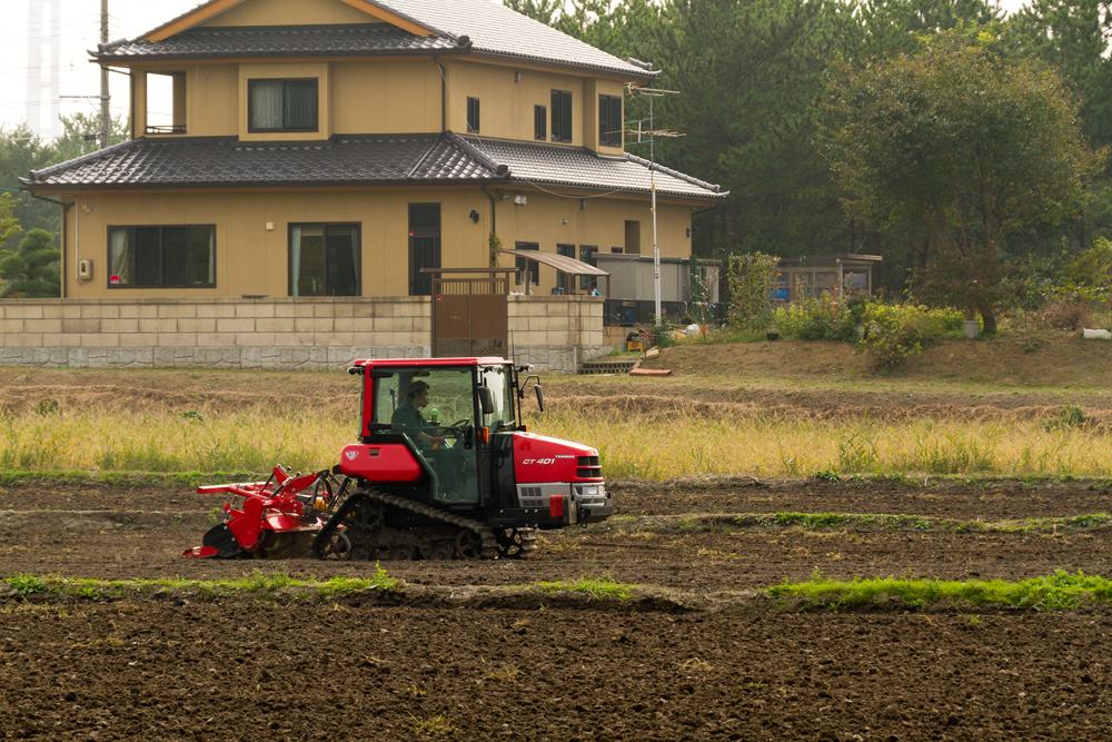 トラクターで農地を耕す
