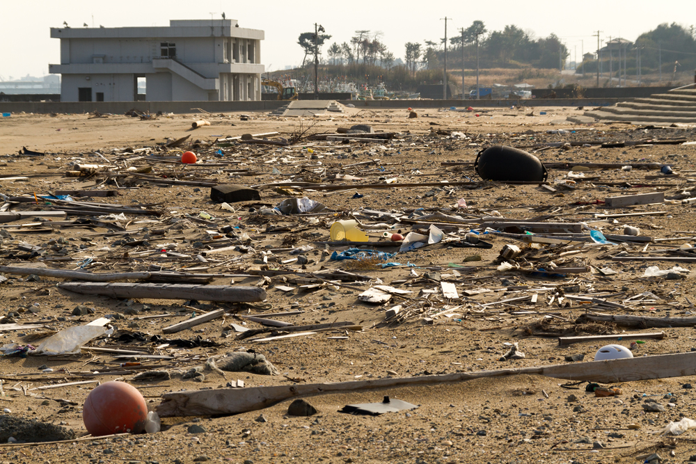 ガレキが残ったままの浜辺