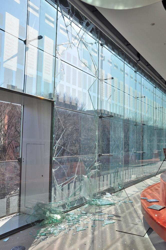 割れた南面大ガラス