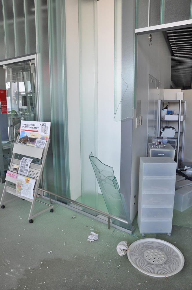 壁のガラスが割れ落下している