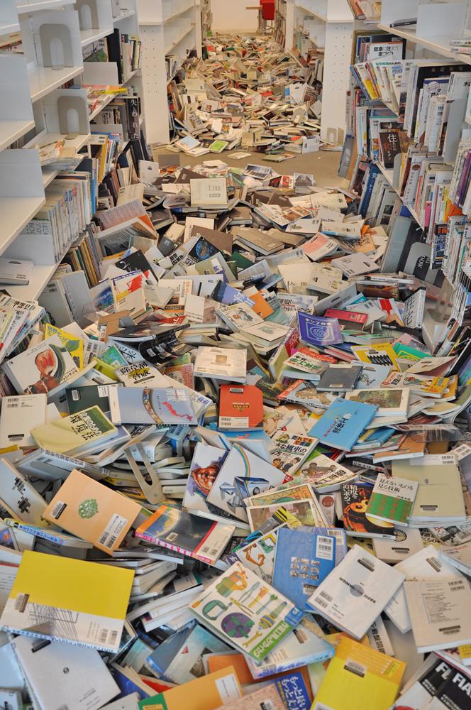 余震で再び落下した本