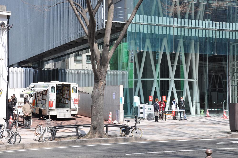 臨時駐車場の青空図書館