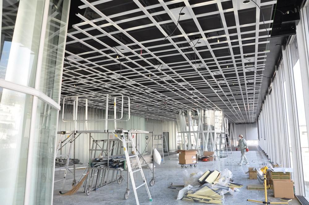 天井工事が続く外周