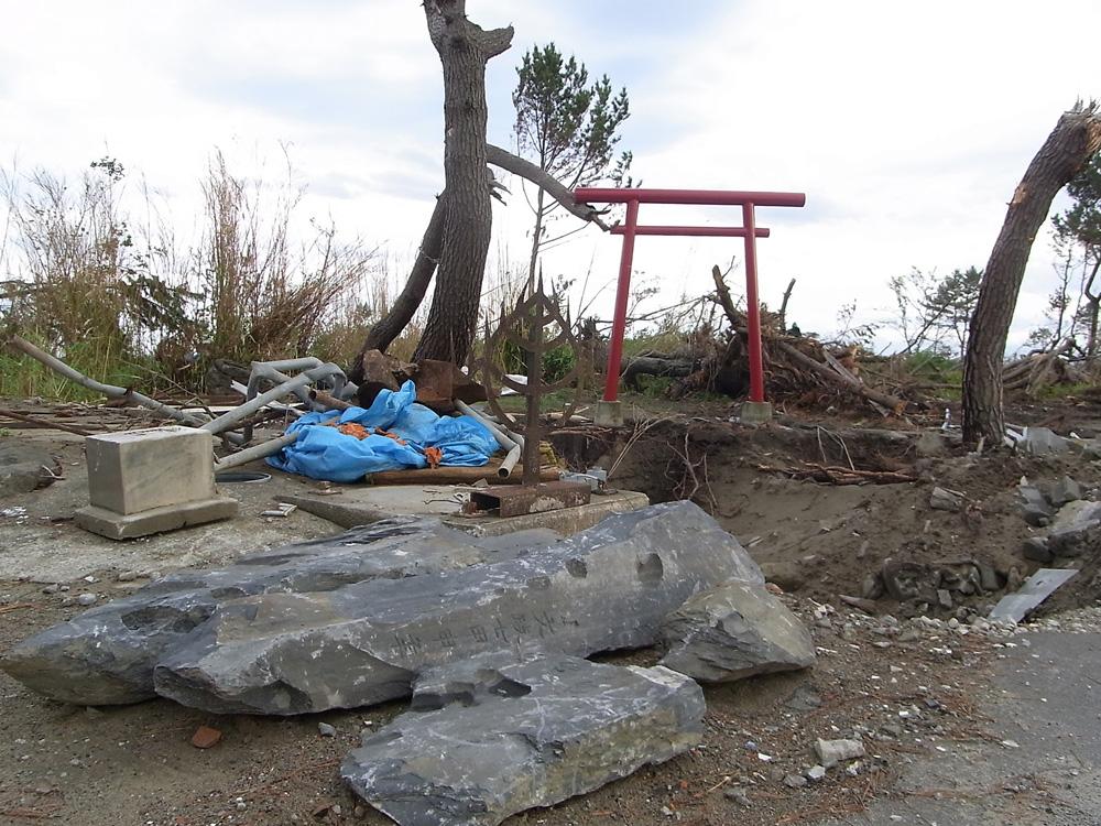 鳥居の近くに置かれた割れた八大龍王碑