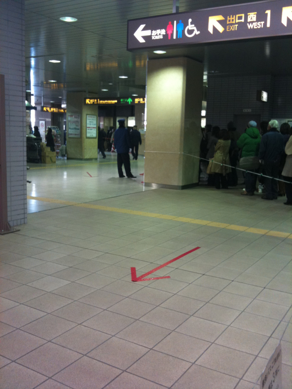 地下鉄運休でシャトルバスを待つ人びとの列、閉鎖された...