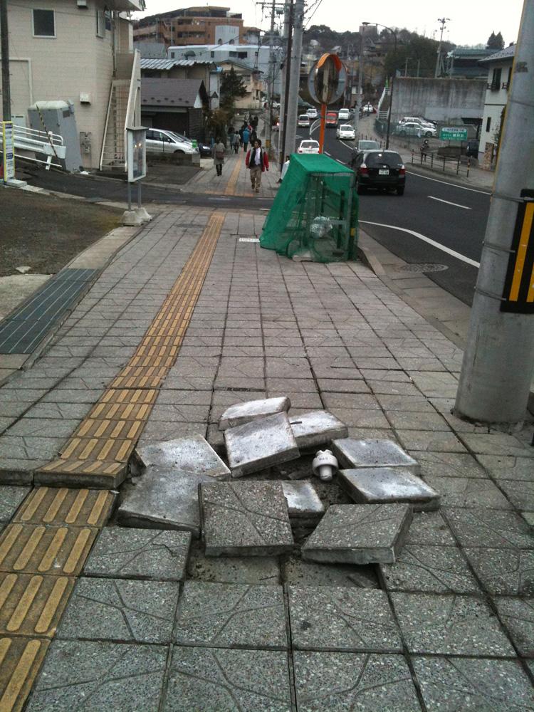 剥がれた歩道ブロック