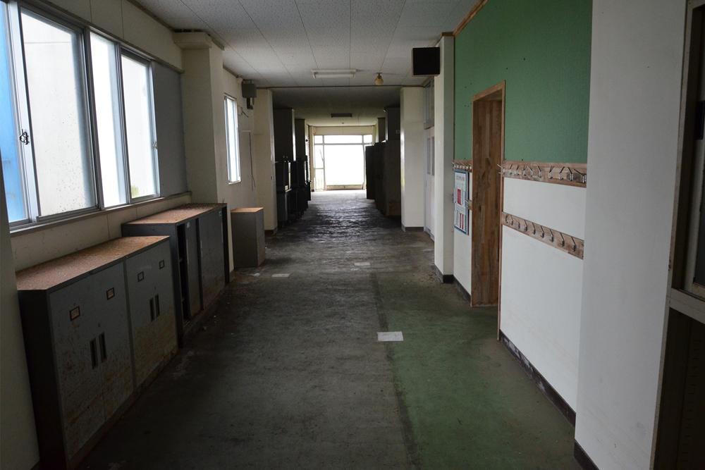 県道137号線 荒浜小学校を臨む
