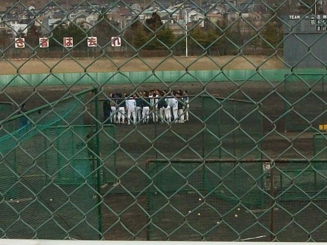 地震直後 グランド中央に集まる野球部員