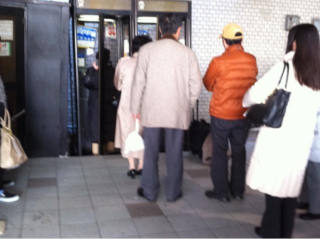 2011年3月13日仙台駅のタクシープール前の電話ボックス。ボックスの下が沈んでます。