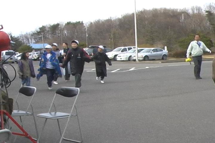山元町役場へ避難してくる人々