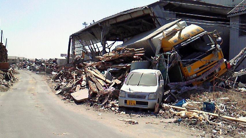 道路の瓦礫は撤去されようやく通行可能に