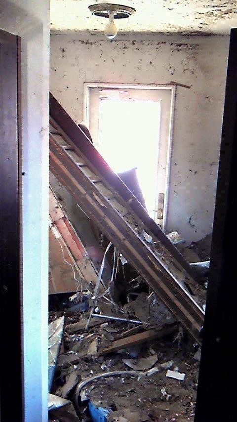 瓦礫で塞がれた自宅玄関