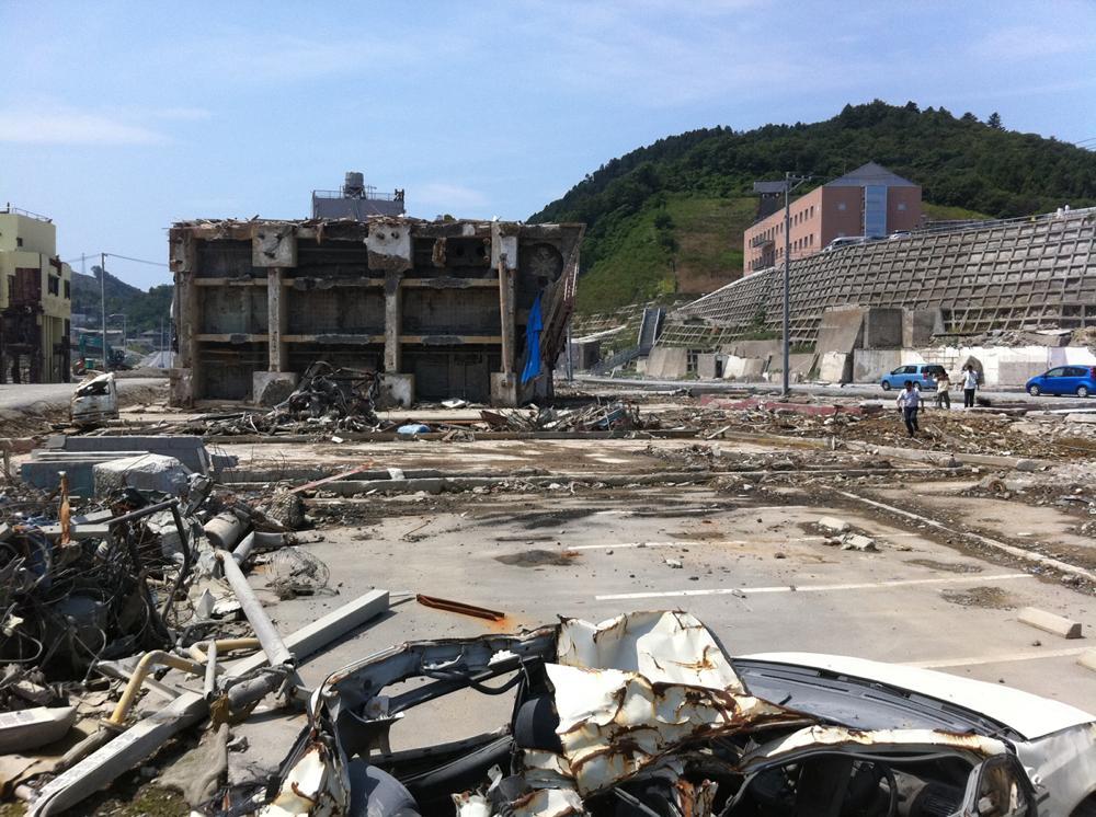 津波により転倒したビル