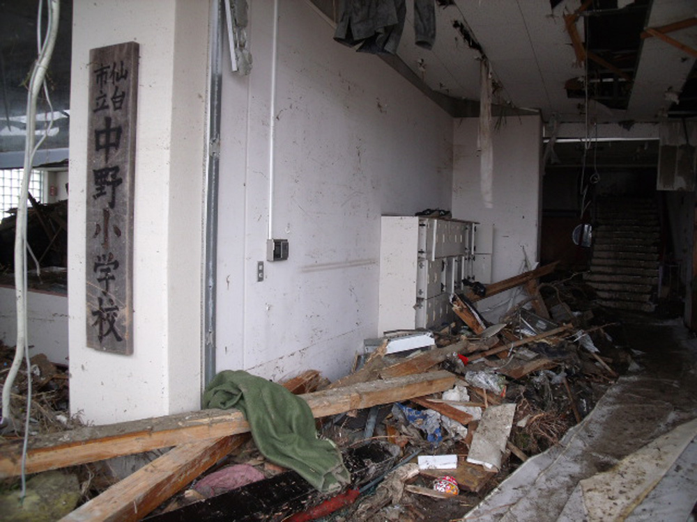 中野小学校_1_被災物が入り込んだ職員通用口
