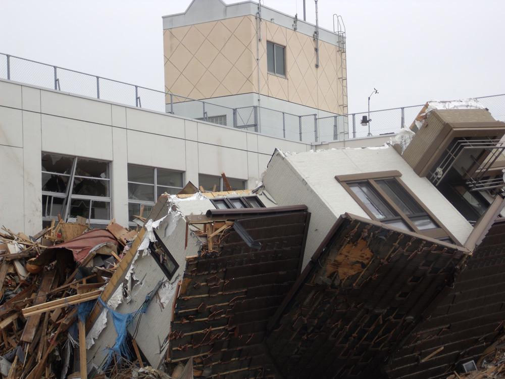 中野小学校_7_津波により流されてきた家屋